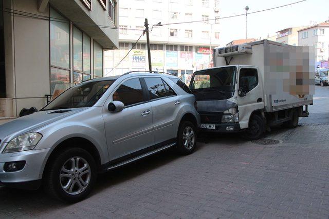Kağıthane'de freni boşalan kamyonet 4 araca çarptı