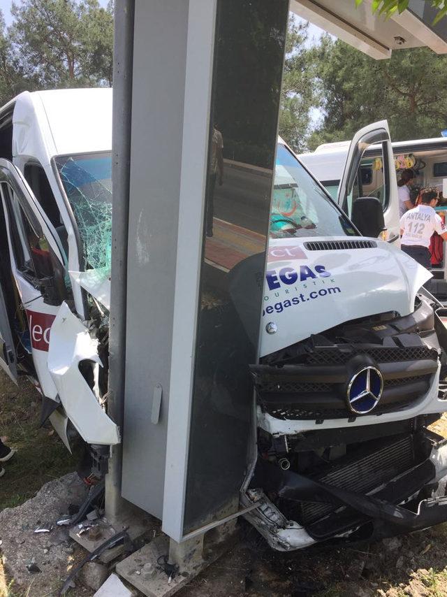Tur minibüsü tabelaya çarptı: 3 Rus turist yaralandı