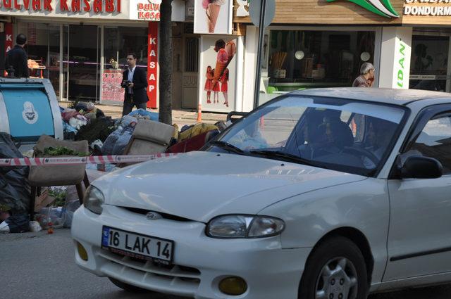 Çevre temizliğinde farkındalık için yola kamyon dolusu çöp döktüler