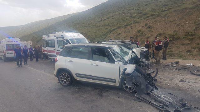 Otomobil ile hafif ticari araç çarpıştı: 1 ölü, 4 yaralı