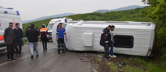 Voleybolcu öğrencilerin minibüsü devrildi: 13 yaralı