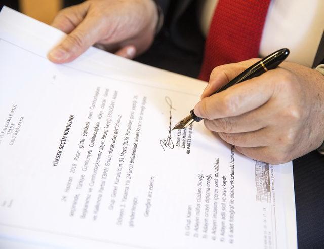 Erdoğan'ın Cumhurbaşkanı adaylığı dilekçesini Başbakan Yıldırım imzaladı