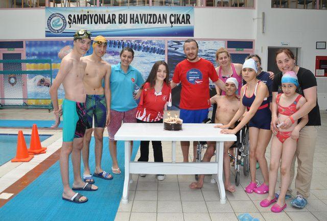 Dünya şampiyonu Sümeyye'ye pastalı kutlama