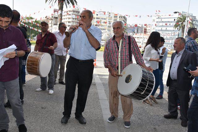 İYİ Parti'den İzmir'de davullu zurnalı imza kampanyası