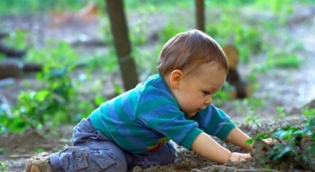 Toprak yiyen çocuklara dikkat
