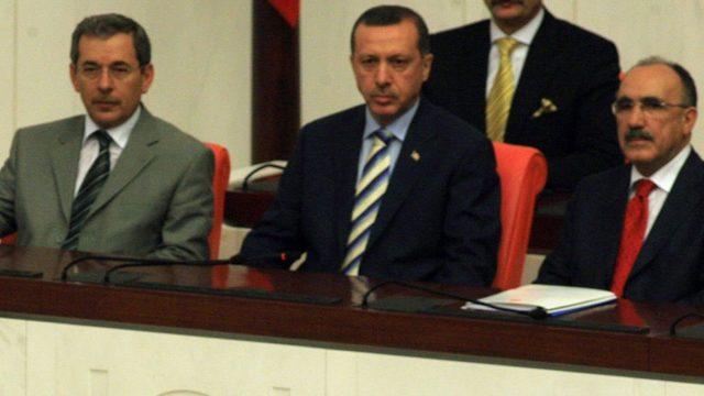 2007 yılında dönemin cumhurbaşkanı Abdullah Gül'ün yemin törenini Abdüllatif Şener ve o dönem başbakan olan Erdoğan beraber izliyor