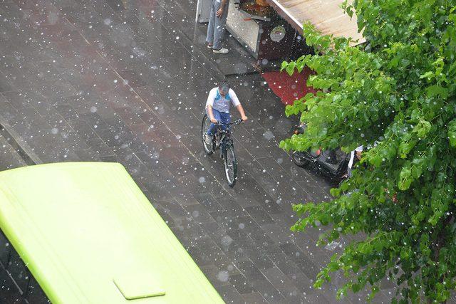 Diyarbakır'da dolu ve yağmur, hayatı olumsuz etkiledi