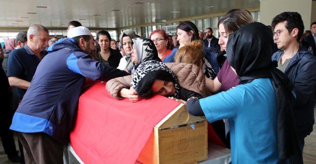 Trafik kazasında ölen genç cerrah için hastane önünde tören