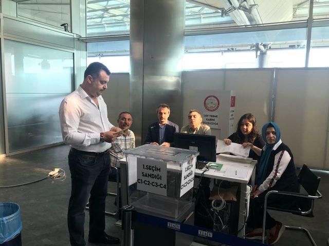 Atatürk Havalimanı'nda oy verme işlemi (2)