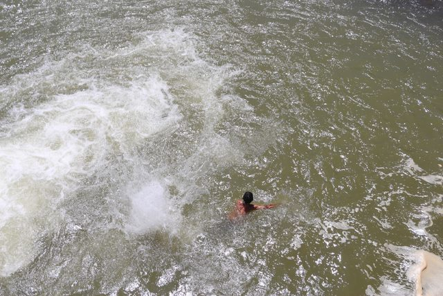 'Tehlikeli ve yasaktır' uyarısına aldırış etmeden yüzdüler