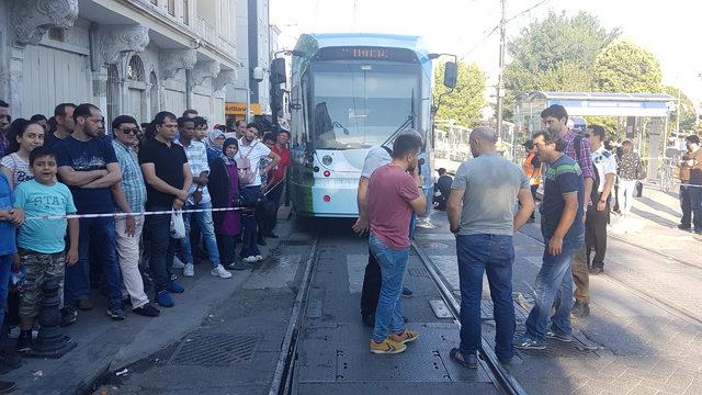 (ÖZEL)Sultanahmet'te tramvay raydan çıktı; seferler bir süre yapılamadı (2)