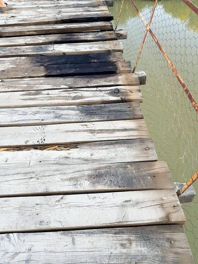 Hasankeyf'te ahşap köprüdeki yangını vatandaşlar söndürdü