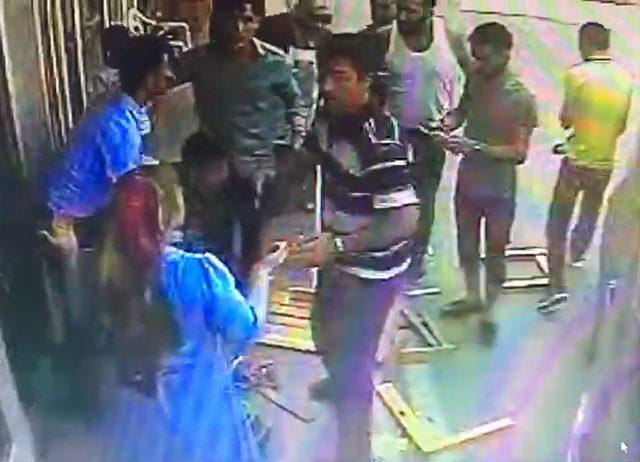 Kaldırımdaki anne ve 2 çocuğunun yaralandığı kaza, kamerada