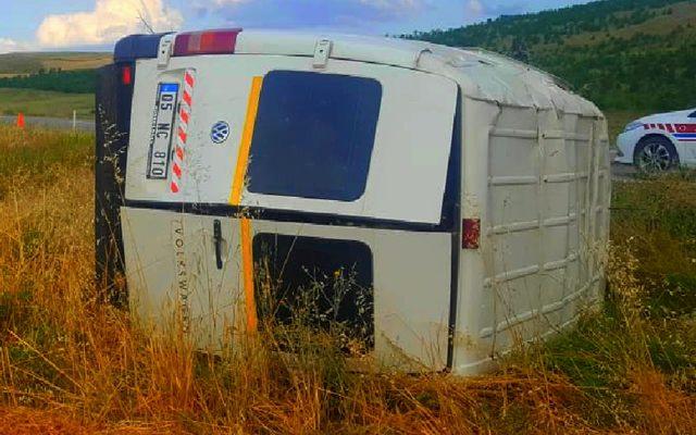 Lastiği patlayan minibüs takla attı; sürücü yaralandı
