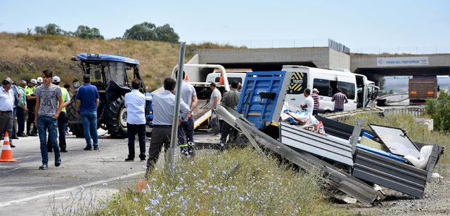 Minibüs, römork takılı traktöre arkadan çarptı: 20 yaralı