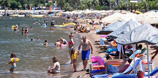 Marmaris'te sıcaktan bunalanlar sahil ve havuz başlarını doldurdu