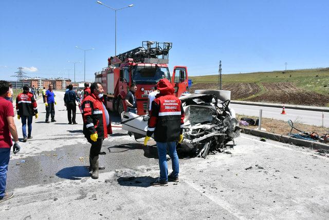 Sivas'ta iki otomobil çarpıştı: 5 ölü, 5 yaralı (2)