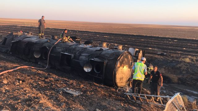 Benzin tankeri devrildi, sürücü yanarak can verdi