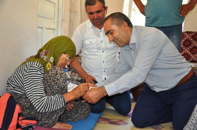 Nüfus müdürü, engelli vatandaşların işlemlerini ayaklarına götürdü