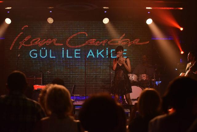Müzisyen İrem Candar ikinci albümü 'Gül ile Akide'yi verdiği konserle tanıttı