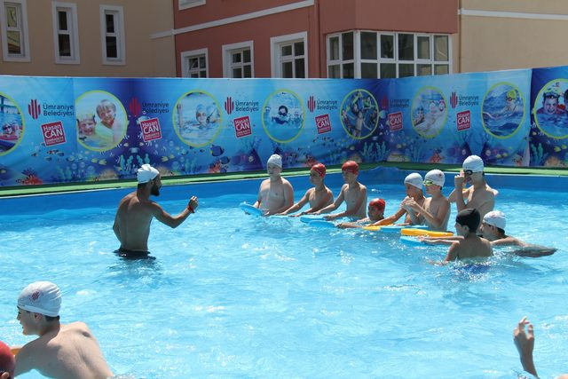 Çocuklar yaz tatilinde yüzme öğreniyor