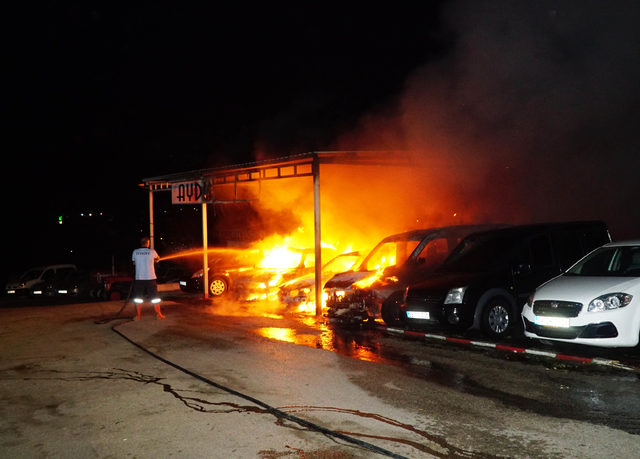 Oto galericiler sitesinde, park halindeki 8 araç yandı