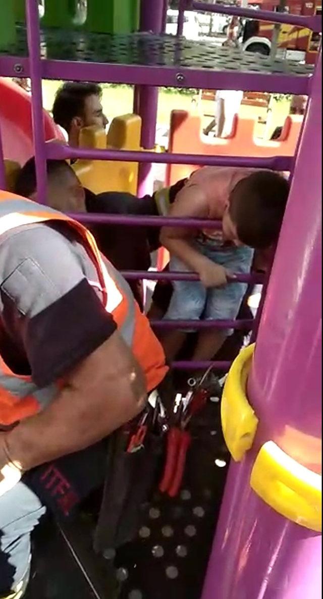 Parktaki oyuncağa başı sıkışan çocuğu itfaiye kurtardı