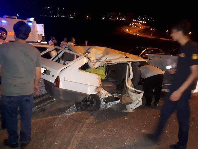 Lastiği patlayan otomobil, direğe çarptı: 1 ölü, 3 yaralı