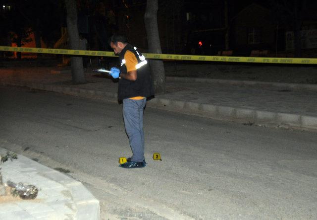 Parka otururken üzerlerine ateş açılan iki kardeş yaralandı