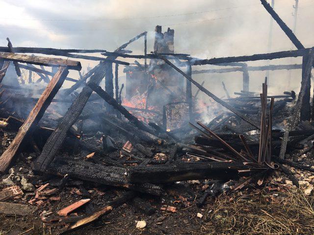 Karabük'te köyde 3 ev yandı