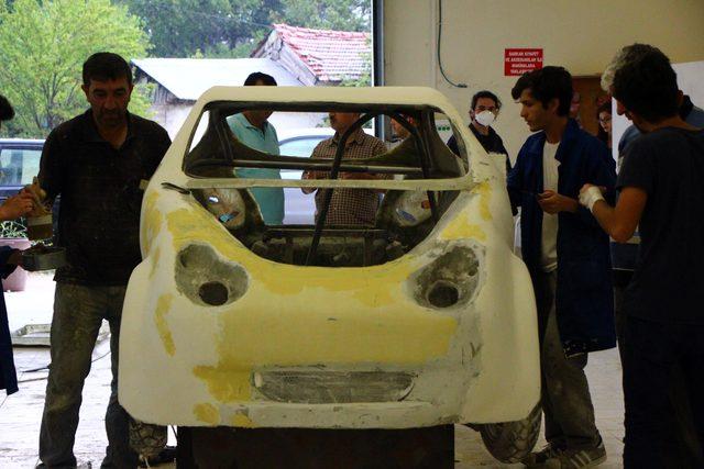 Öğrenciler, memleketlerine gitmeyip otomobil yapıyor