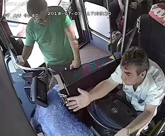 Hareket halindeki otobüste yolcu-şoför kavgası