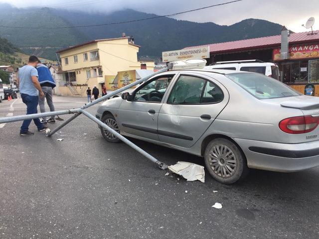 Aydınlatma direği otomobilin üzerine devrildi