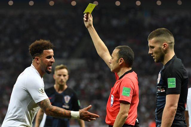 Cüneyt Çakır Walker'a sarı kart gösteriyor.