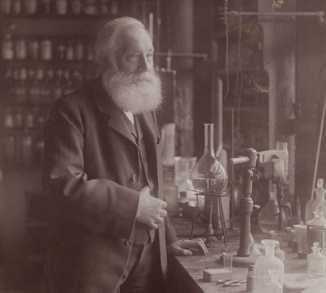 İngiliz kimyager William Henry Perkin, sentetik mor rengi 1856'da şans eseri keşfetti.