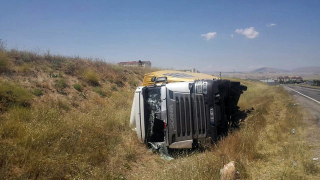 Şoförünün direksiyon başında kalp krizi geçirdiği TIR, devrildi