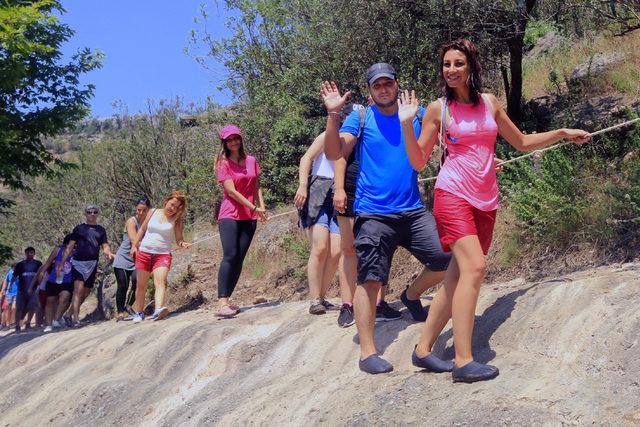 Sıcaktan bunaldılar, kıyafetleriyle kendilerini kanyona attılar