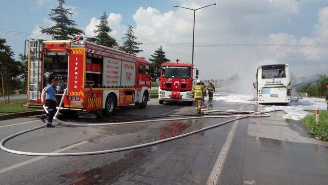 Balıkesir'de seyir halindeki yolcu otobüsü yandı