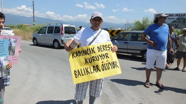 Burhaniye'de tatilcilerden yol kapatma eylemi