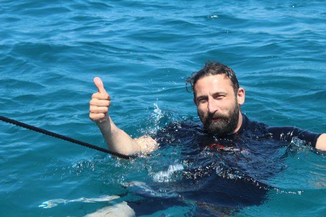 Engelli rekortmen Esmeray, 15 Temmuz şehitleri için daldı