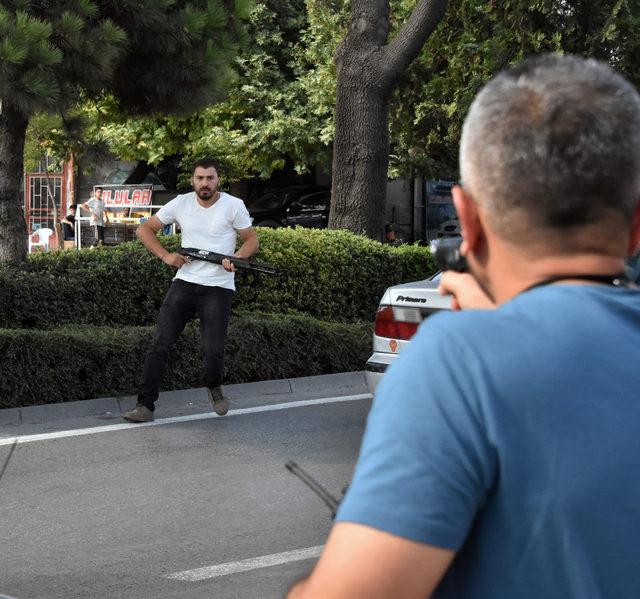 Pompalı tüfekle polislerin üzerine yürüdü, çağrılar üzerine teslim oldu