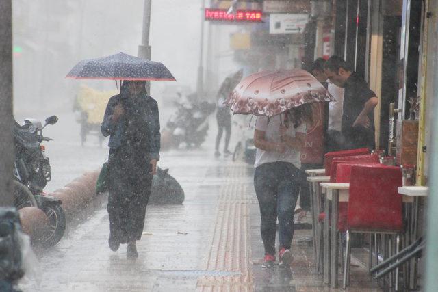 Yağmurda ıslanmamak için kapalı alanlara koştular