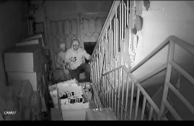 Kasa hırsızlar güvenlik kamerasında