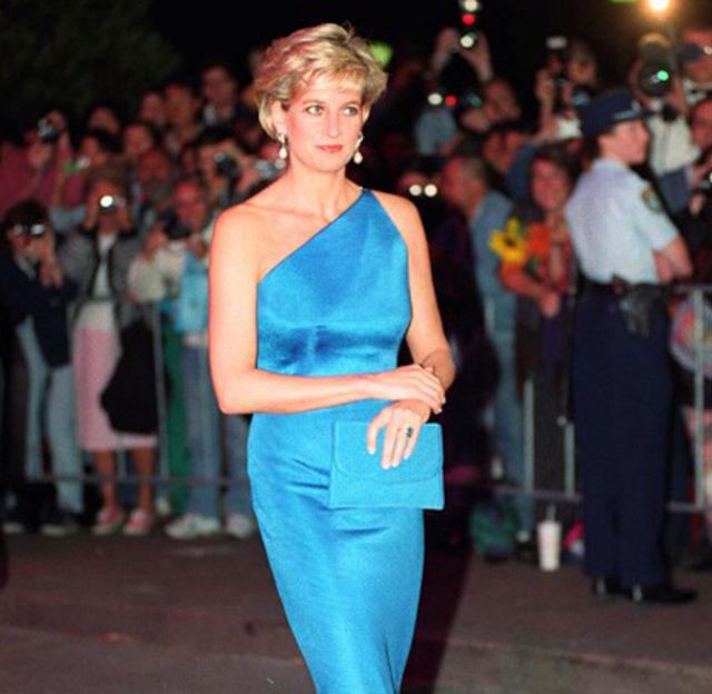 c45c26156bed8 Birçok ünlünün aksine, bütün dünyanın gözü üzerinde olduğu halde, Prenses  Diana giyim-kuşam konusunda hiçbir baskıdan etkilenmedi ve ne istiyorsa onu  giydi, ...