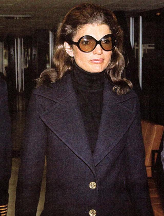 19f24152c2c88 Jackie Kennedy olarak tanınan Jacqueline Kennedy, ABD Başkanı John F.  Kennedy'nin eşiydi. First Leydi'nin çok seçkin bir giyim tarzı vardı.