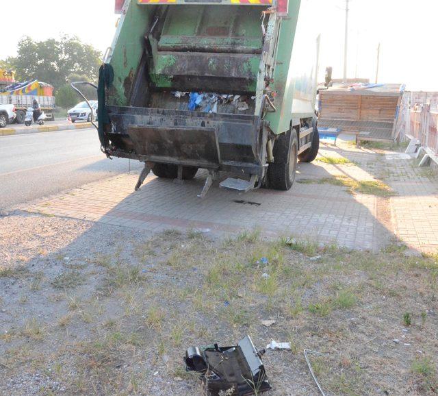 Otomobil, çöp kamyonuna arkadan çarptı: 3 yaralı