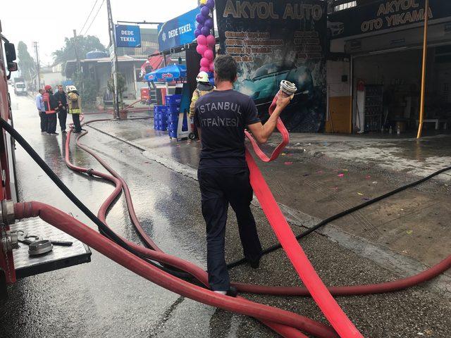 İki katlı binanın çatısı alev alev yandı