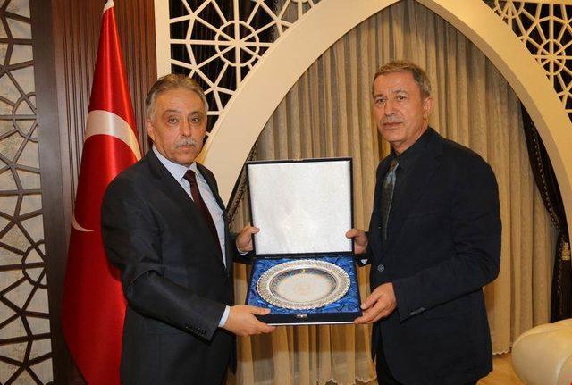 Milli Savunma Bakanı Akar, Hakkari Valiliğini ziyaret etti