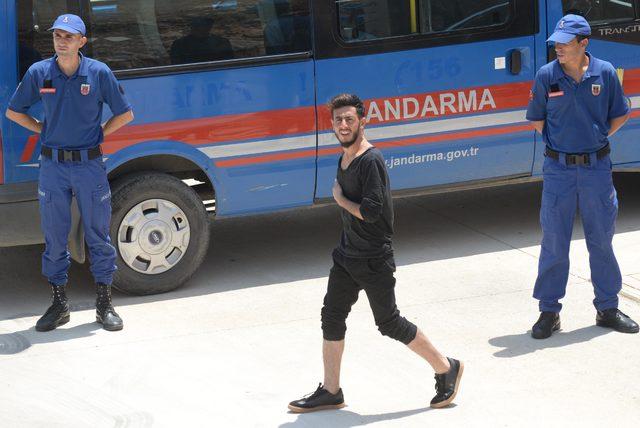 Batan tekneden kurtulan 90 göçmen, Göç İdare Merkezi'ne sevk edildi