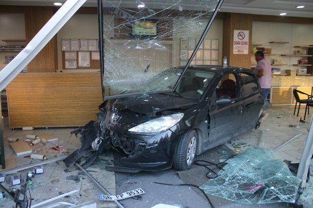 Kontrolden çıkan otomobil iş yerine daldı: 1 yaralı